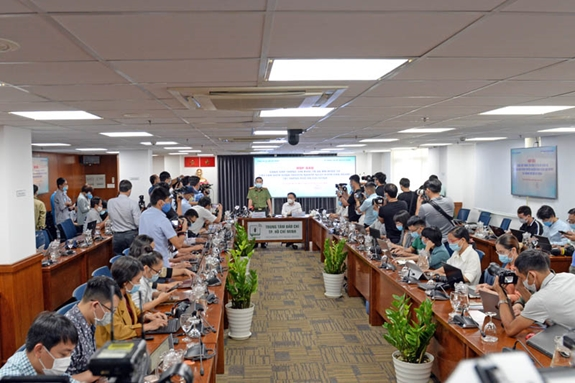 Phóng viên các cơ quan báo chí, truyền thông theo dõi, đưa tin tại buổi họp báo.