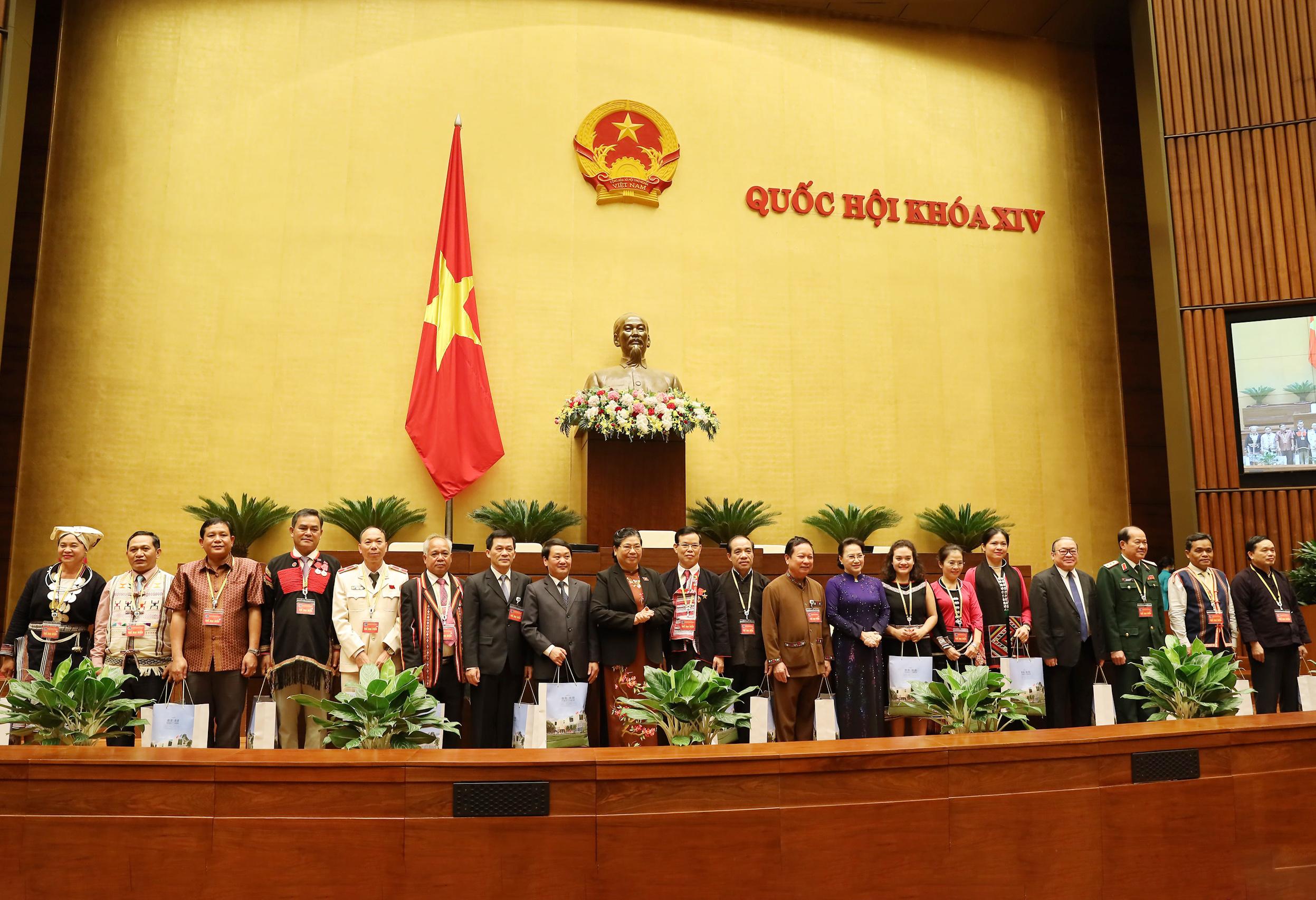Chủ tịch Quốc hội Nguyễn Thị Kim Ngân và Phó Chủ tịch Thường trực Quốc hội Tòng Thị Phóng tặng quà cho các đại biểu