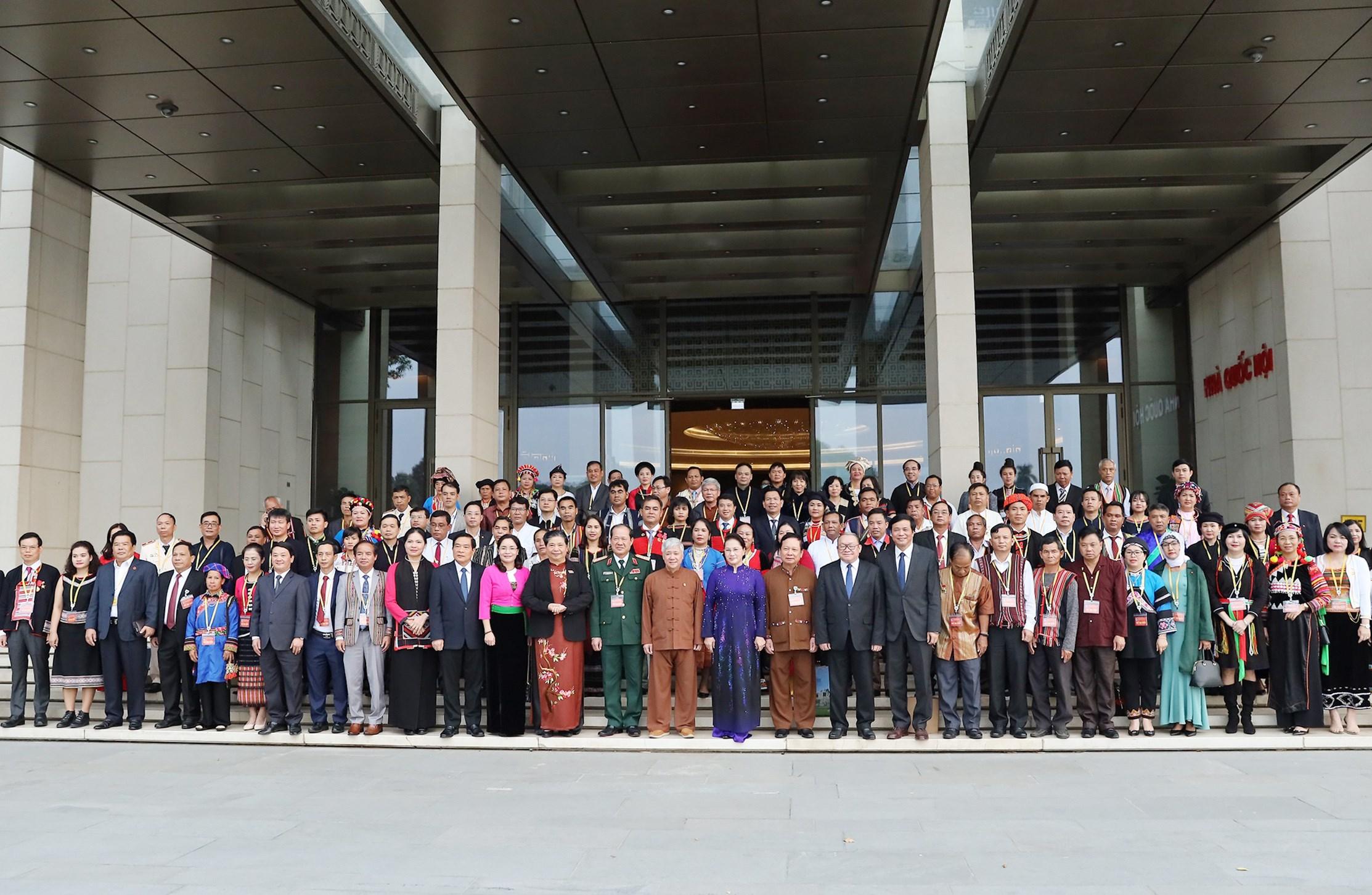 Chủ tịch Quốc hội Nguyễn Thị Kim Ngân chụp ảnh lưu niệm với các đại biểu tại Tòa nhà Quốc hội.