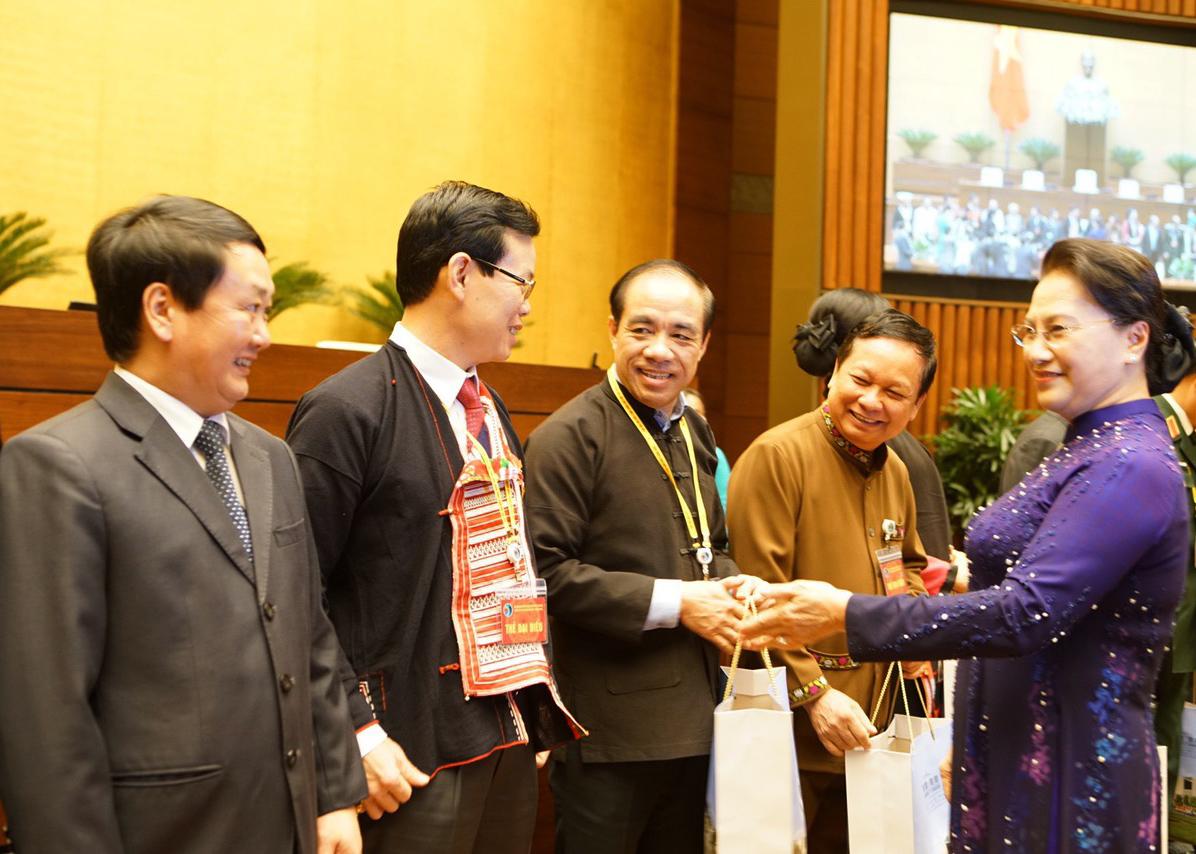 Chủ tịch Quốc hội Nguyễn Thị Kim Ngân tặng quà cho các đại biểu