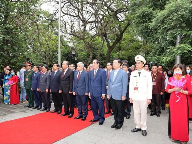 Phó Thủ tướng Thường trực Chính phủ Trương Hòa Bình cùng các đại biểu làm lễ dâng hương tại Đền Thượng