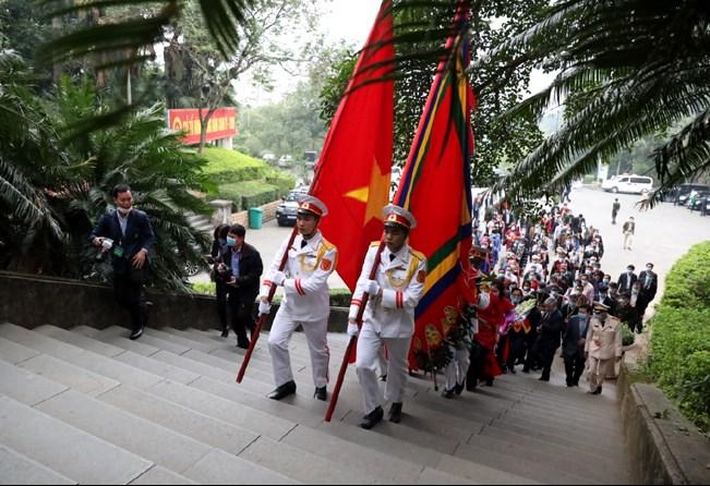 Đoàn đại biểu di chuyển từ chân núi Nghĩa Lĩnh lên Đền Thượng