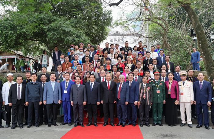 Đoàn đại biểu 54 dân tộc chụp ảnh lưu niệm trước cổng Đền Thượng