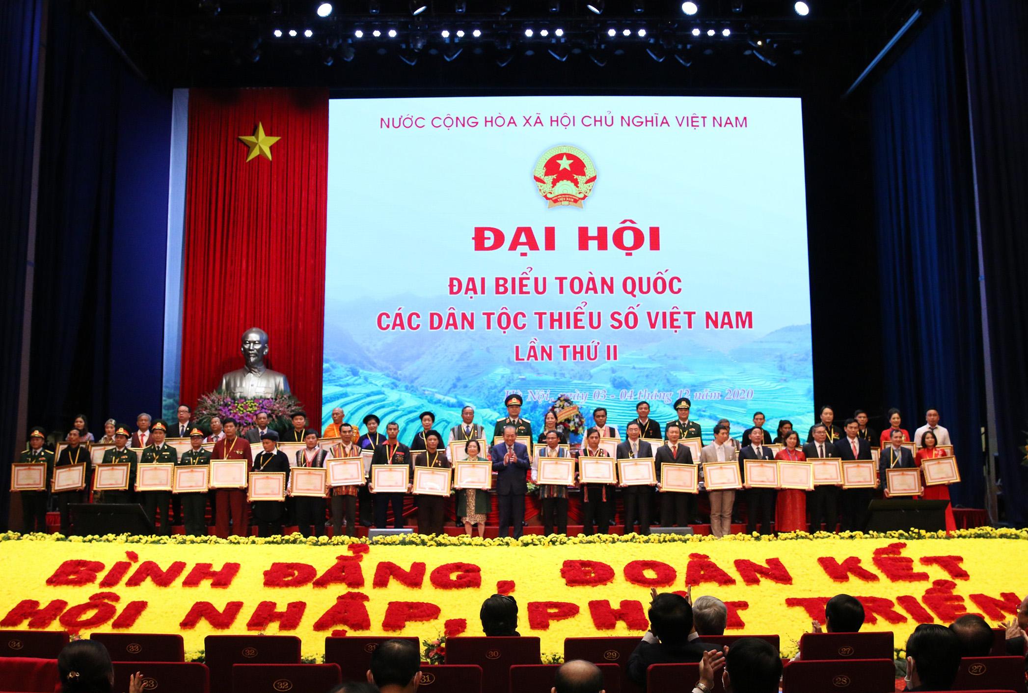 Phó Thủ tướng Thường trực Chính phủ Trương Hòa Bình trao Bằng khen của Thủ tướng Chính phủ cho các tập thể, cá nhân tiêu biểu