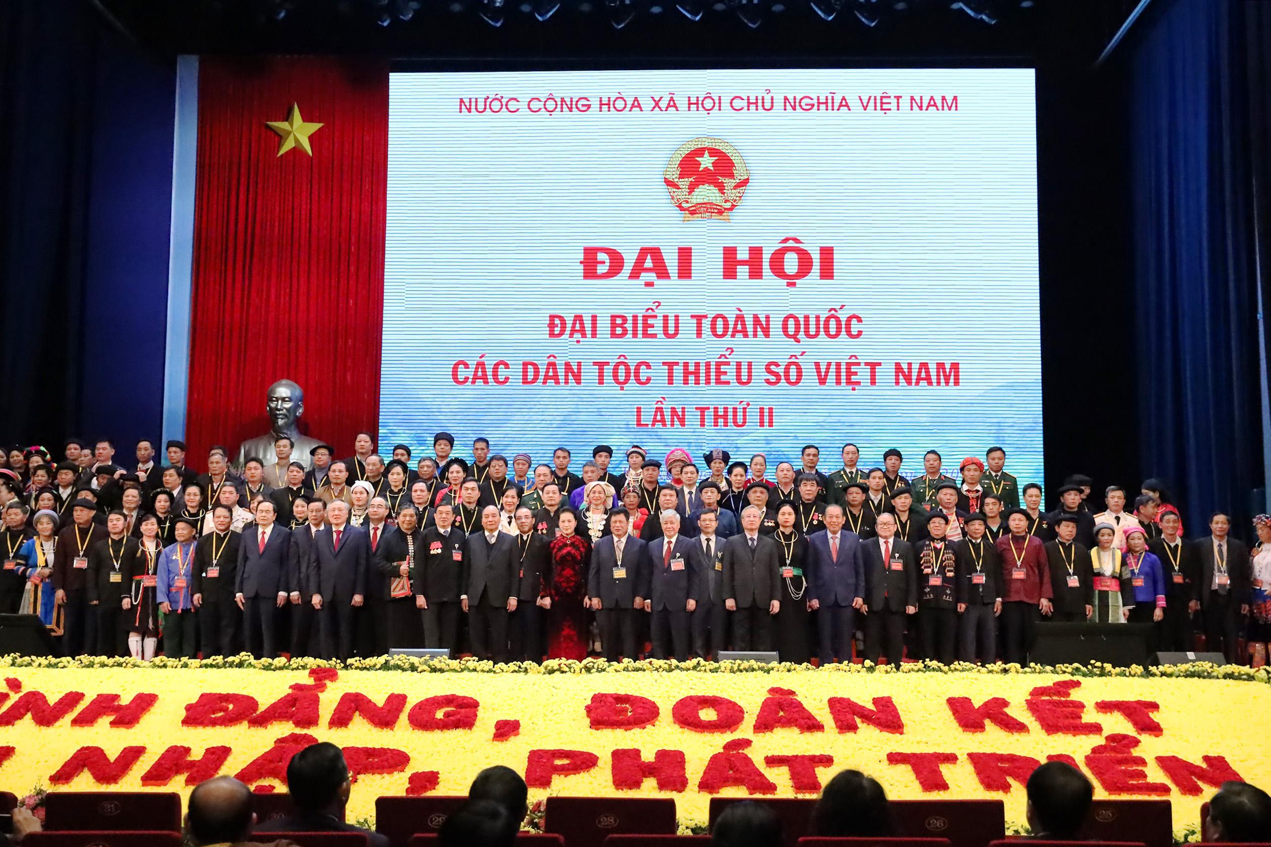 Lãnh đạo Đảng, Nhà nước, các Bộ, ban, ngành chụp ảnh lưu niệm cùng các đại biểu dự Đại hội