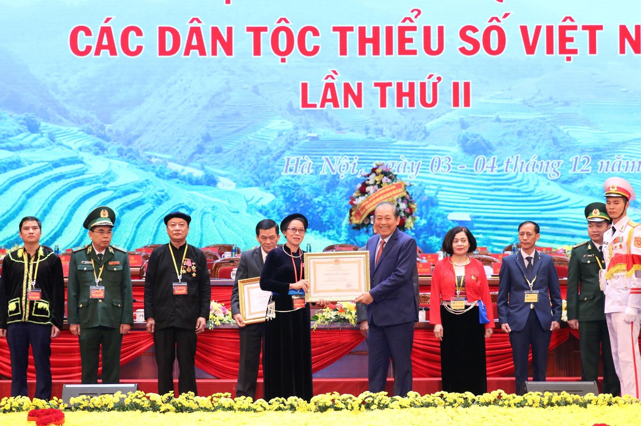 Phó Thủ tướng Thường trực Chính phủ Trương Hòa Bình trao tặng Huân chương lao động hạng Nhất cho Thứ trưởng, Phó Chủ nhiệm UBDT Hoàng Thị Hạnh