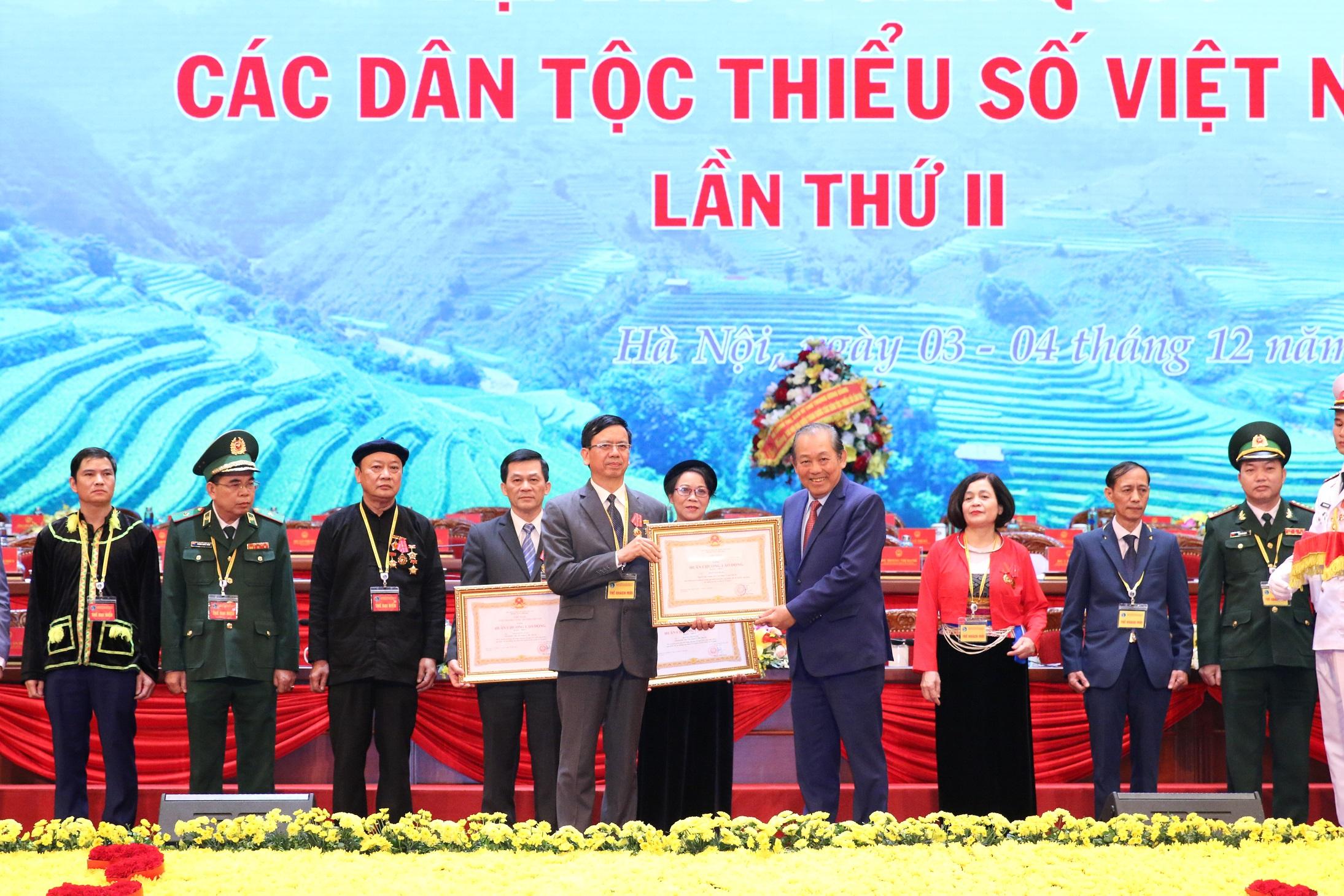 Phó Thủ tướng Thường trực Chính phủ Trương Hòa Bình trao tặng Huân chương lao động hạng Nhất cho nguyên Thứ trưởng, Phó Chủ nhiệm UBDT Phan Văn Hùng