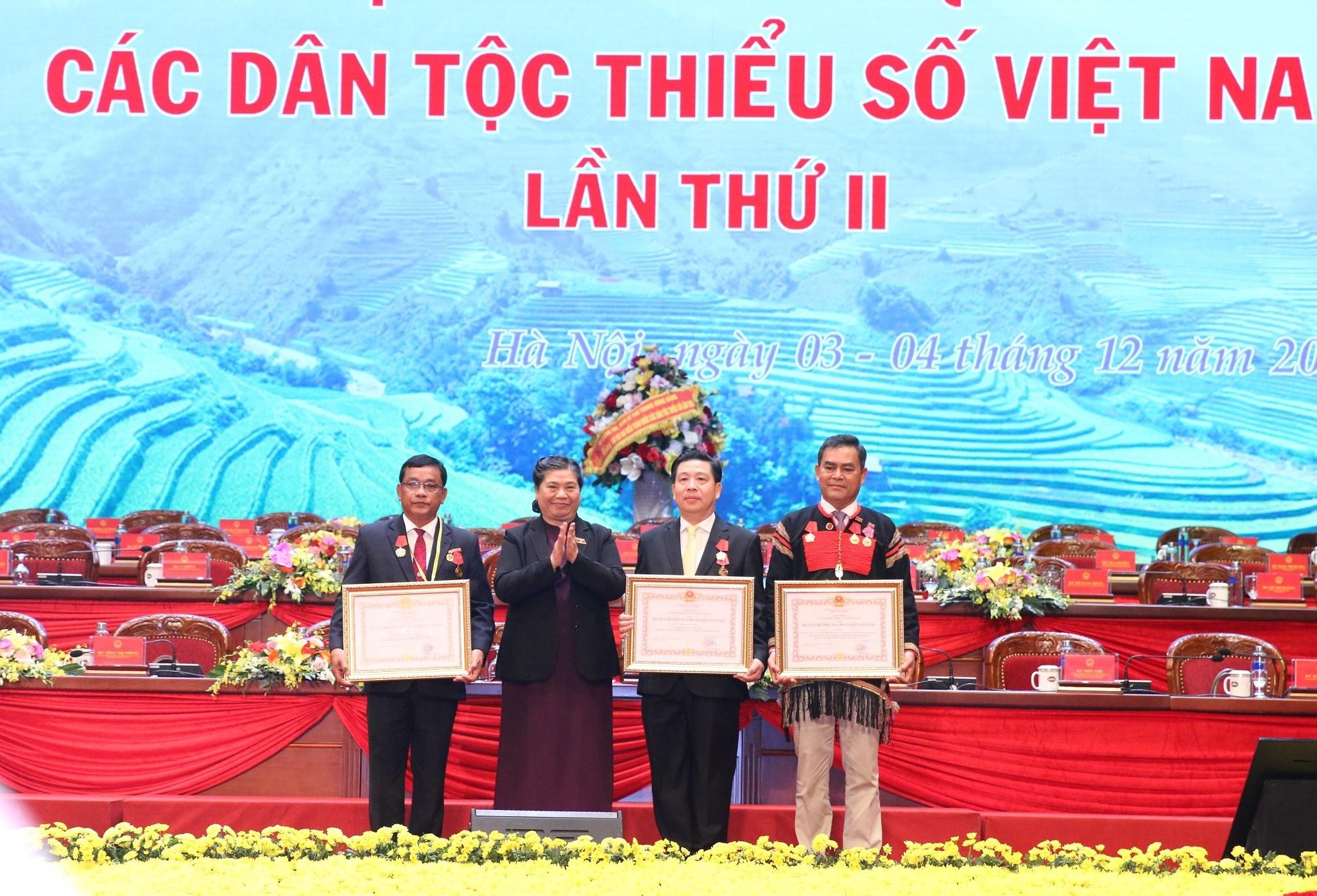 Phó Chủ tịch Thường trực Quốc hội Tòng Thị Phóng trao tặng Huân chương Đại đoàn kết dân tộc cho 3 cá nhân tiêu biểu.