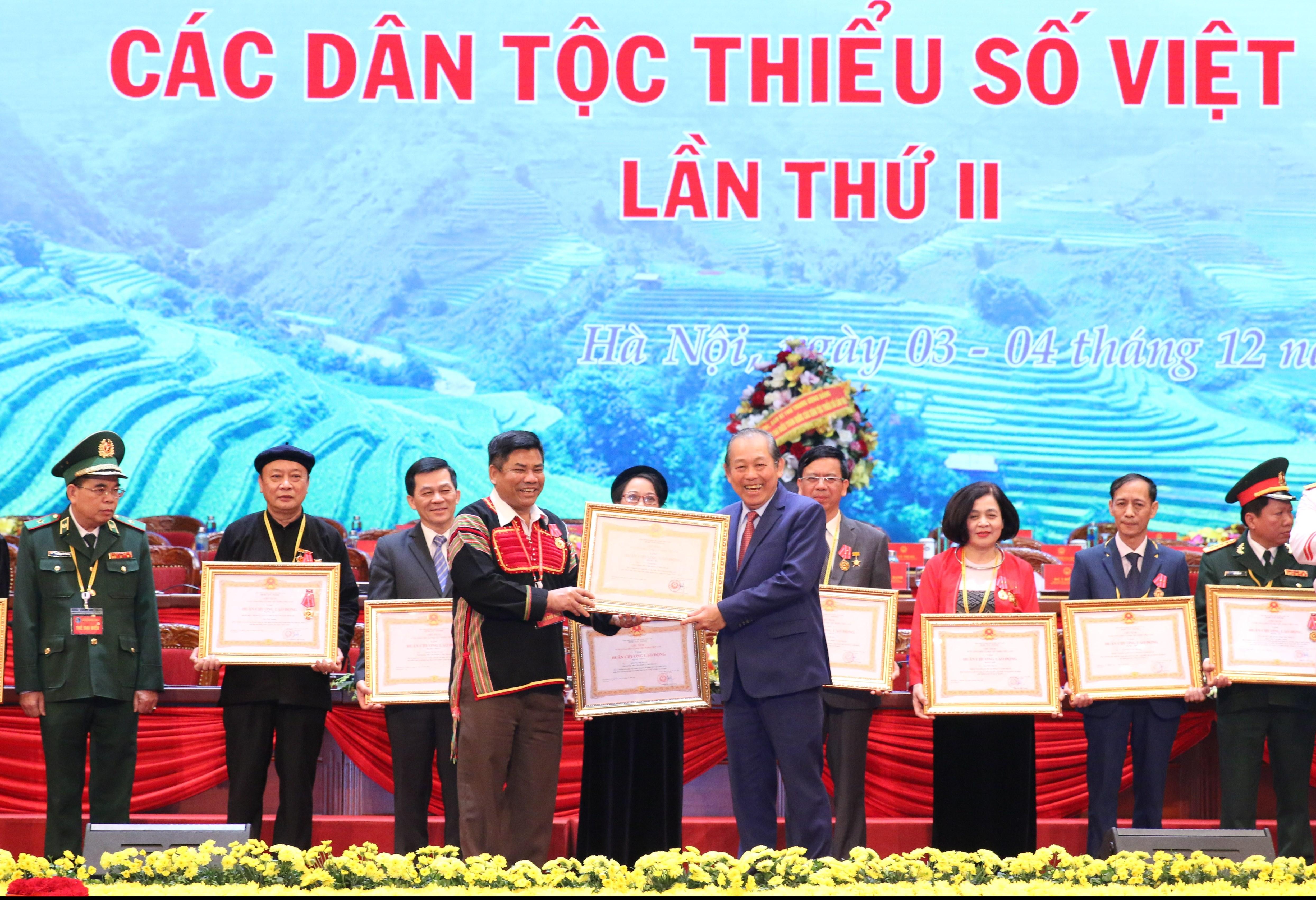 Phó Thủ tướng Thường trực Chính phủ Trương Hòa Bình trao tặng Huân chương lao động hạng Ba cho Thứ trưởng, Phó Chủ nhiệm UBDT Y Thông