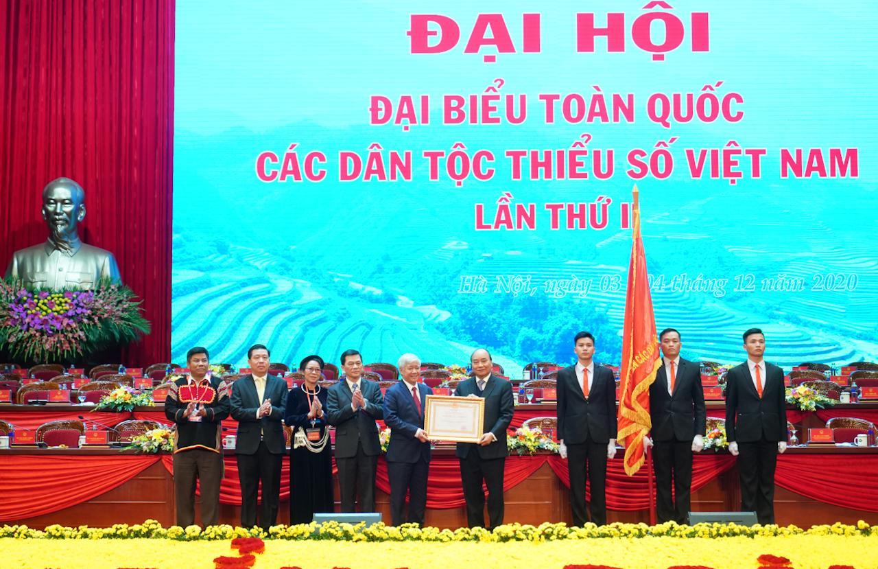 Thay mặt lãnh đạo Đảng, Nhà nước, Thủ tướng Nguyễn Xuân Phúc trao tặng Huân chương Lao động hạng Nhất cho Ủy ban Dân tộc