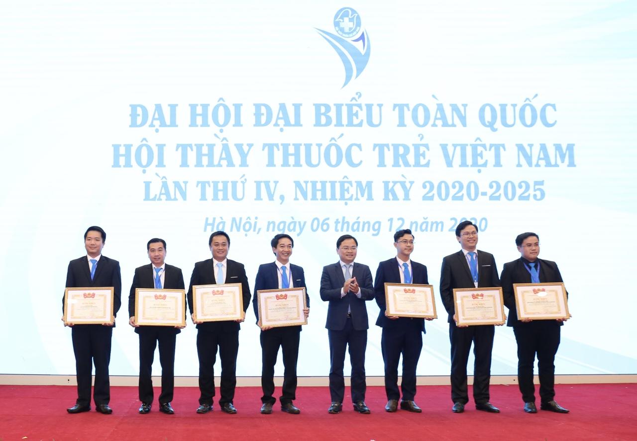 Đồng chí Nguyễn Anh Tuấn, Bí thư thứ nhất Trung ương Đoàn, Chủ tịch Trung ương Hội LHTN Việt Nam trao Bằng khen của Ban Chấp hành Trung ương Đoàn TNCS Hồ Chí Minh cho các tập thể, cá nhân