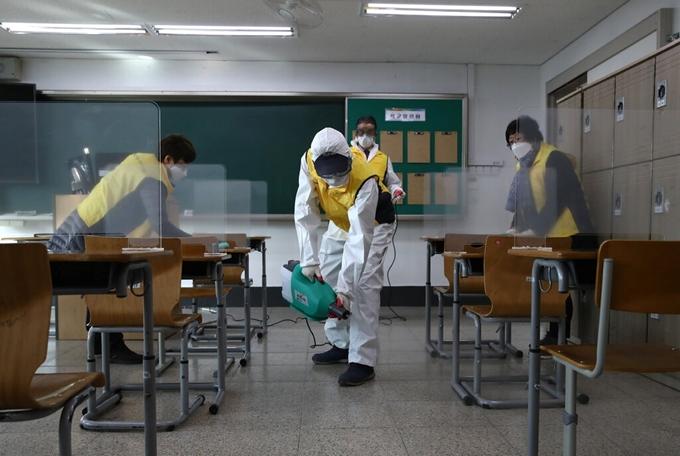 Nhân viên y tế tiến hành khử trùng các địa điểm tổ chức kỳ thi tuyển sinh đại học năm học 2021 tại Hàn Quốc. (Ảnh: Getty Images)