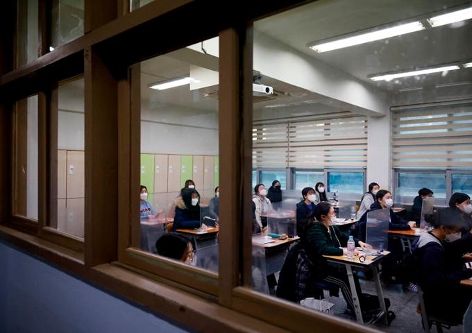 Ngày 3/12, Hàn Quốc tổ chức kỳ thi tuyển sinh đại học năm học 2021, bất chấp làn sóng lây nhiễm COVID-19. (Ảnh: Getty Images)