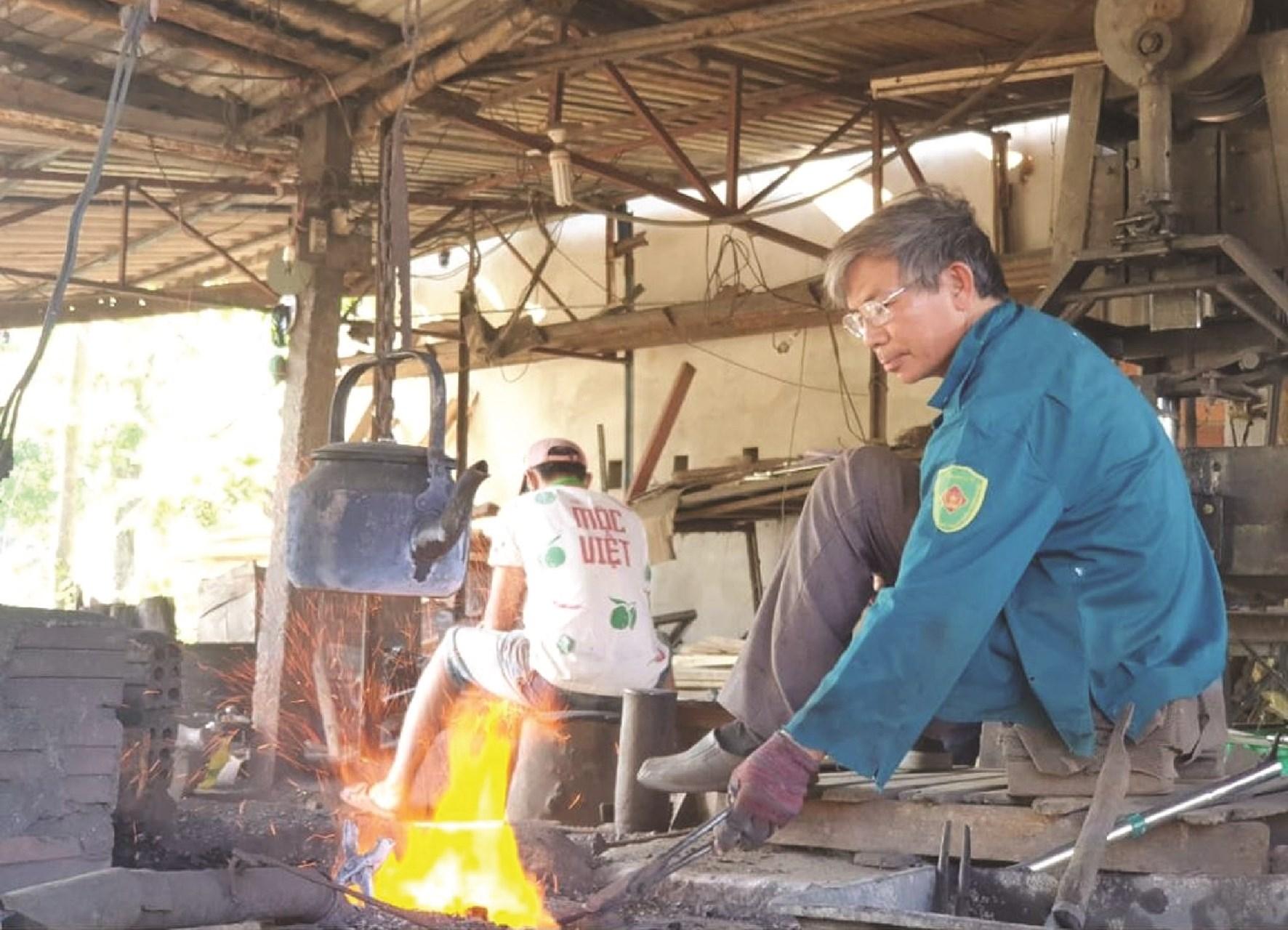 Ông Trần Đình Thông là đời thứ 3 trong gia đình vẫn miệt mài giữ lửa nghề rèn.