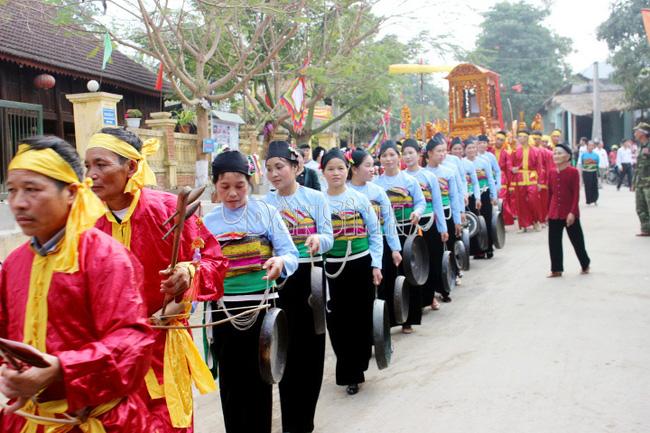 Lễ hội rước cá thần của đồng bào dân tộc Mường ở huyện Cẩm Thủy. Ảnh TL