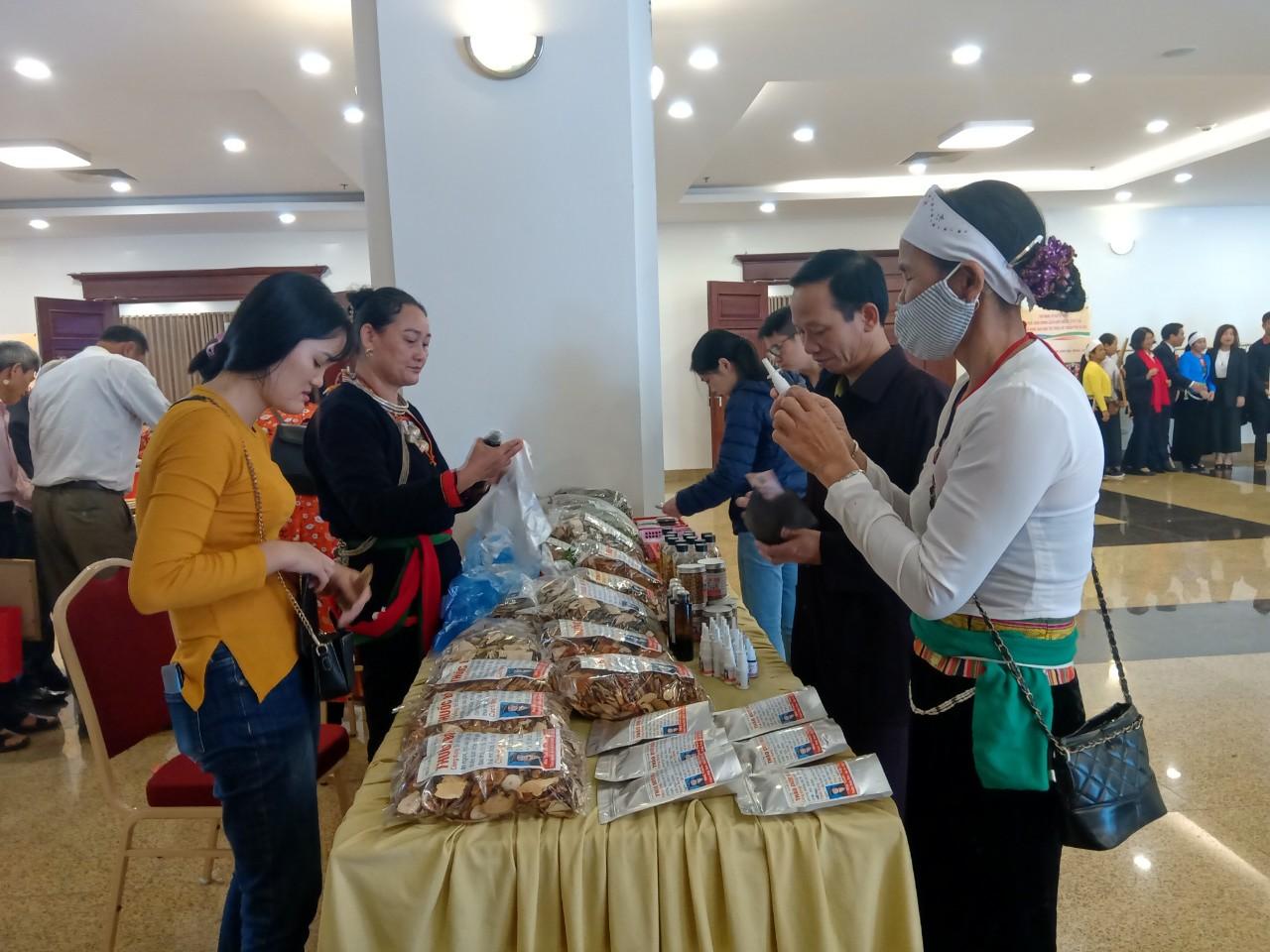 Các đại biểu Người có uy tín thăm quan gian hàng thuốc nam của người Dao ở Ba Vì tại Hội nghị Sơ kết 3 năm thực hiện chính sách đối với người có uy tín trong đồng bào DTTS của Thủ đô.