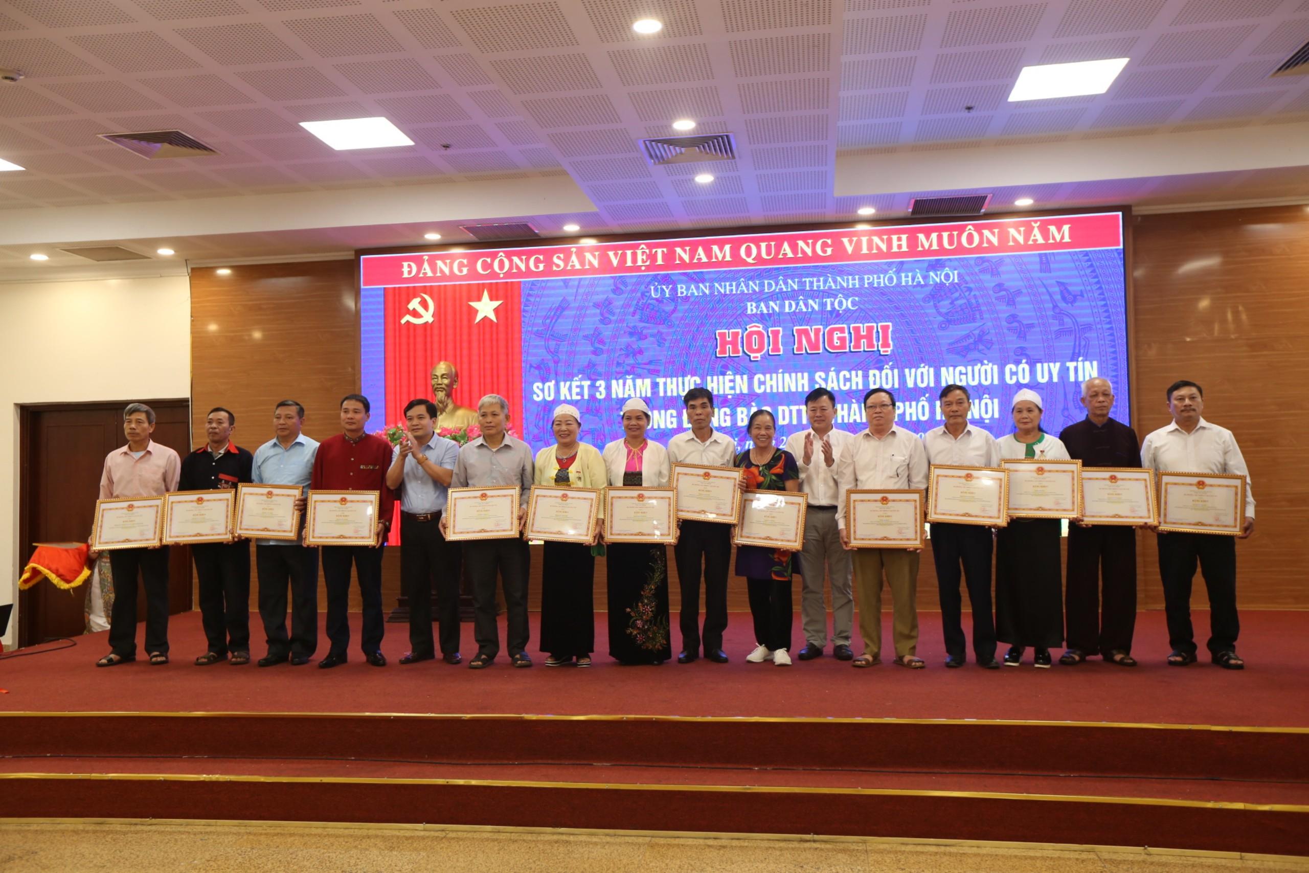 14 Người có uy tín tiêu biểu của TP. Hà Nội được nhận Bằng khen của Bộ trưởng Chủ nhiệm UBDT tại Hội nghị Sơ kết 3 năm thực hiện chính sách đối với người có uy tín trong đồng bào DTTS của Thủ đô.
