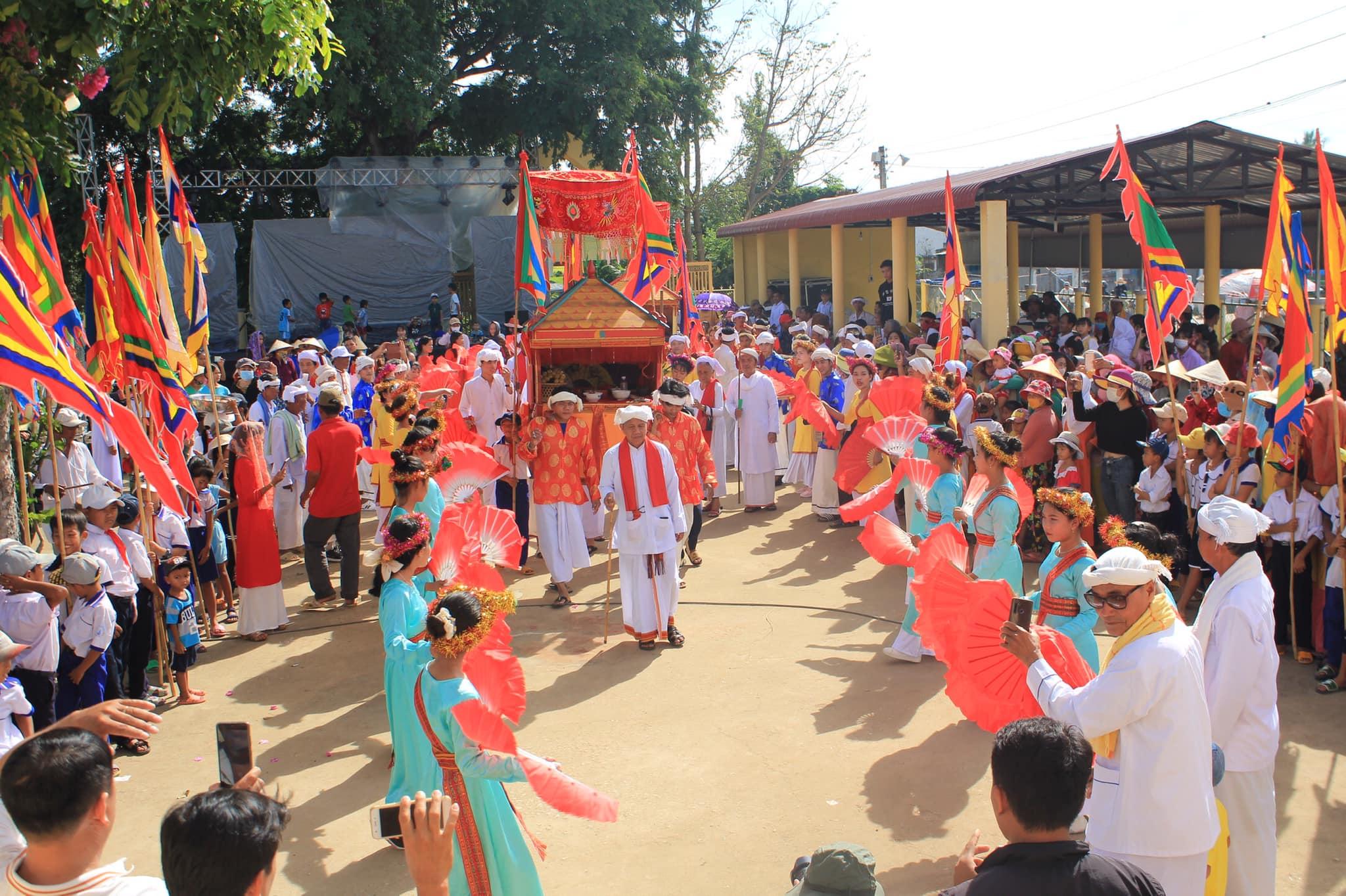 Rước thỉnh sắc phong tại lễ hội