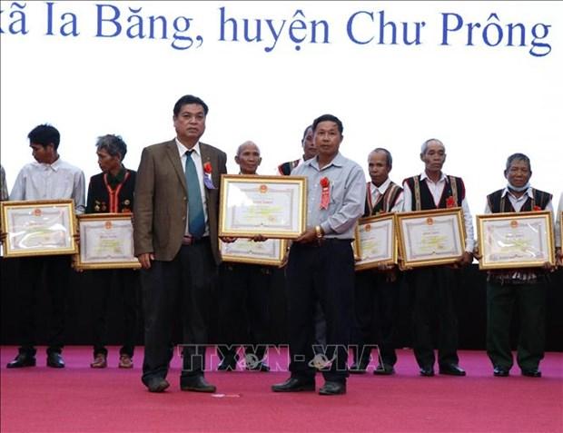 Trao Bằng khen cho 200 cá nhân vì có nhiều đóng góp thành tích xuất sắc trong việc tập hợp xây dựng khối đại đoàn kết dân tộc ở khu dân cư giai đoạn 2018 - 2020.Ảnh: Quang Thái – TTXVN