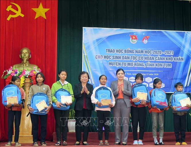 Bà Trương Mỹ Hoa, nguyên Bí thư Trung ương Đảng, nguyên Phó Chủ tịch nước, Chủ tịch Quỹ học bổng Vừa A Dính trao học bổng cho các em học sinh có hoàn cảnh khó khăn