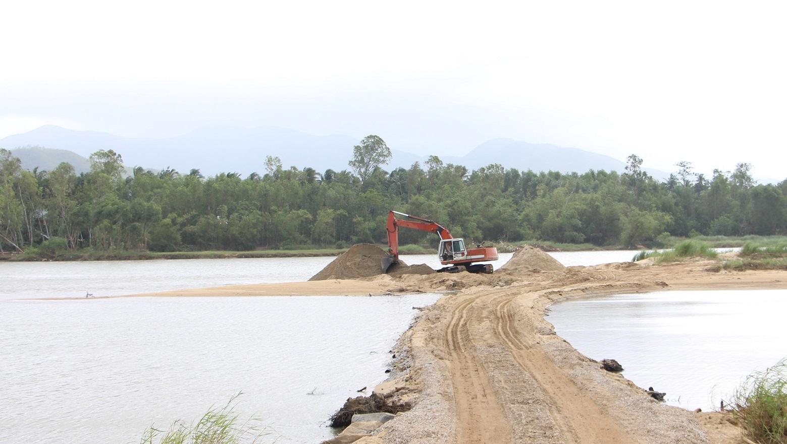 Trong thời gian cấm khai thác nhưng một số doanh nghiệp vẫn ngang nhiên đưa xe ra giữa sông để múc cát