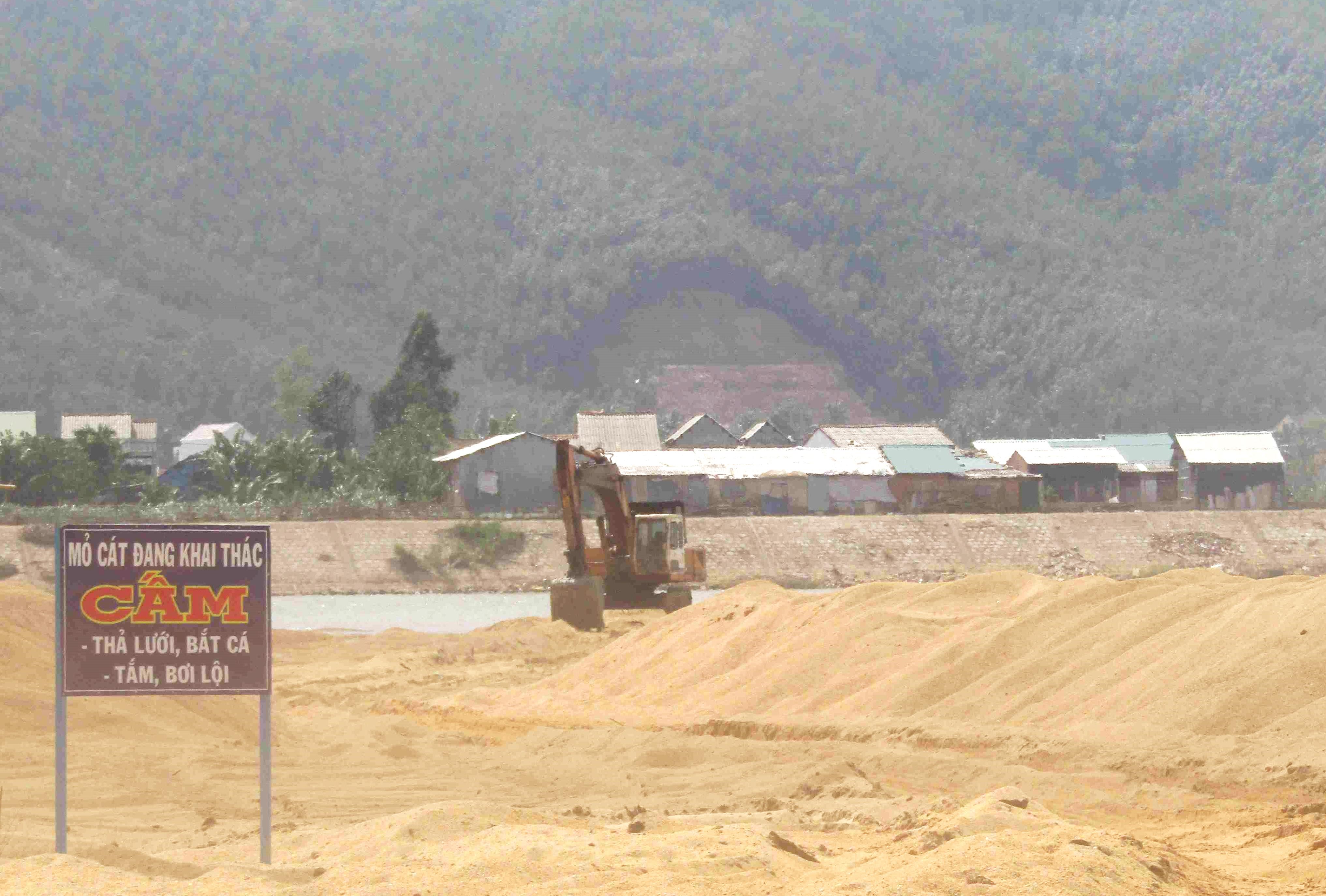 Công ty TNHH Thành Hương khai thác cát trên sông Lại Giang bất chấp lệnh cấm của UBND tỉnh Bình Định