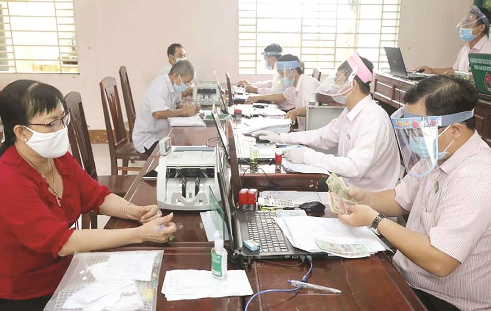 Một buổi giao dịch cho vay tại điểm giao dịch xã Thới Thạch, Thới Lai (TP. Cần Thơ)