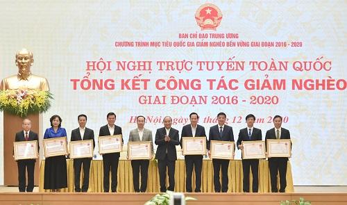 Thủ tướng Chính phủ Nguyễn Xuân Phúc trao Huân chương Lao động cho các tổ chức, cá nhân có thành tích xuất sắc trong công tác giảm nghèo