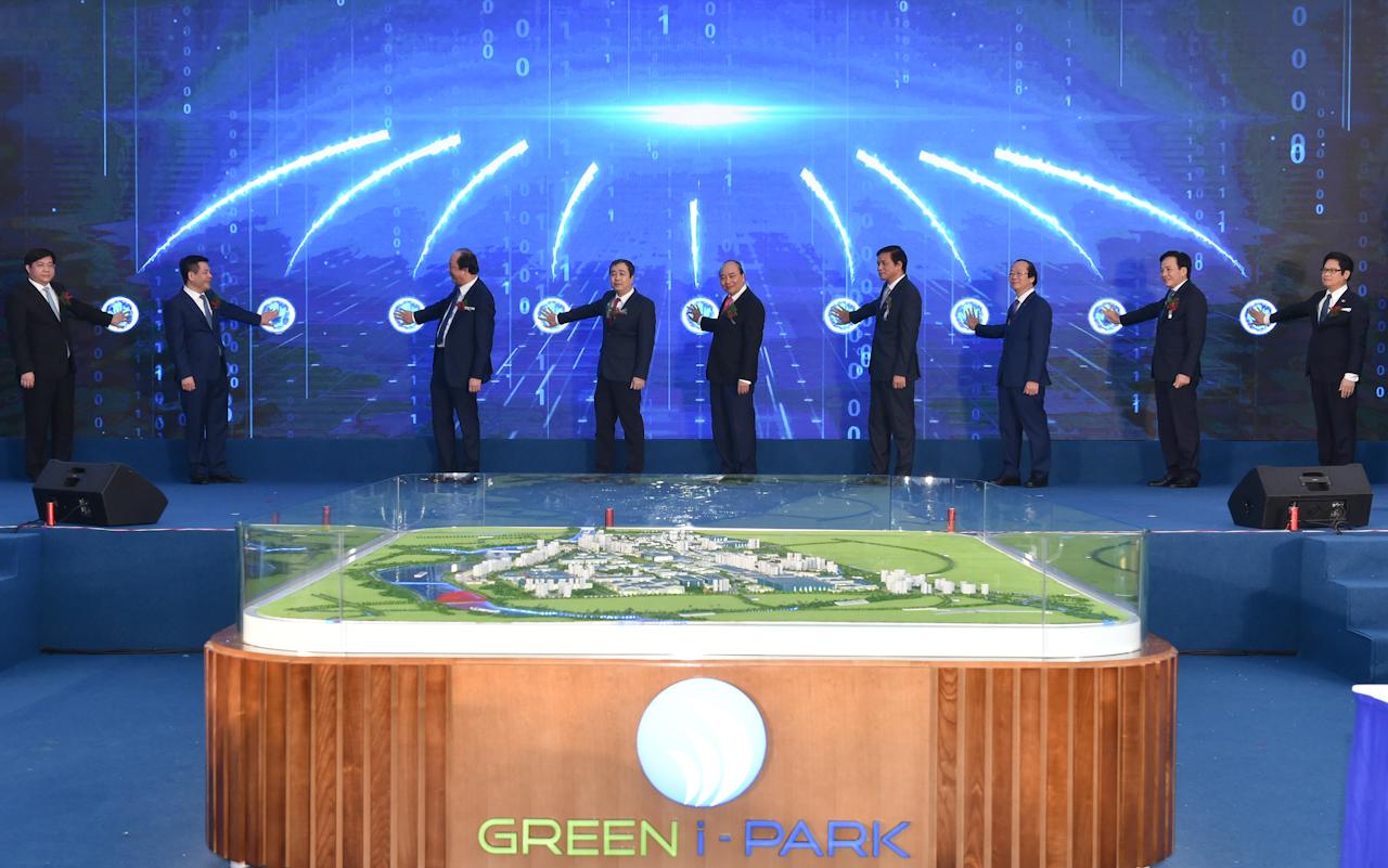 Thủ tướng Nguyễn Xuân Phúc cùng các đại biểu thực hiện nghi thức phát lệnh khởi công xây dựng dự án Đầu tư xây dựng và Kinh doanh kết cấu hạ tầng Khu công nghiệp Liên Hà Thái. Ảnh: VGP/Quang Hiếu