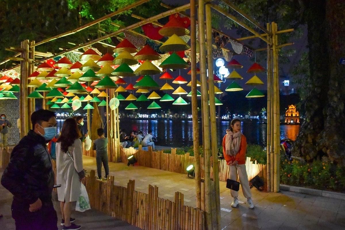 Những tiểu cảnh sắp đặt và không gian mỹ thuật tại bờ hồ Hoàn Kiếm thu hút du khách tham quan, chụp ảnh.
