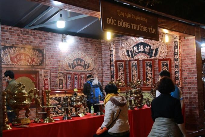 Sản phẩm đúc đồng thu hút sự quan tâm của đông đảo du khách.