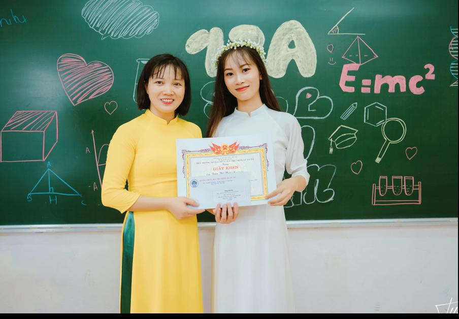 Trần Thị Thảo Nguyên (bên phải) cùng cô giáo của mình