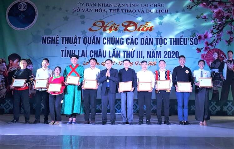 Ban Tổ chức trao giải cho các tiết mục xuất sắc