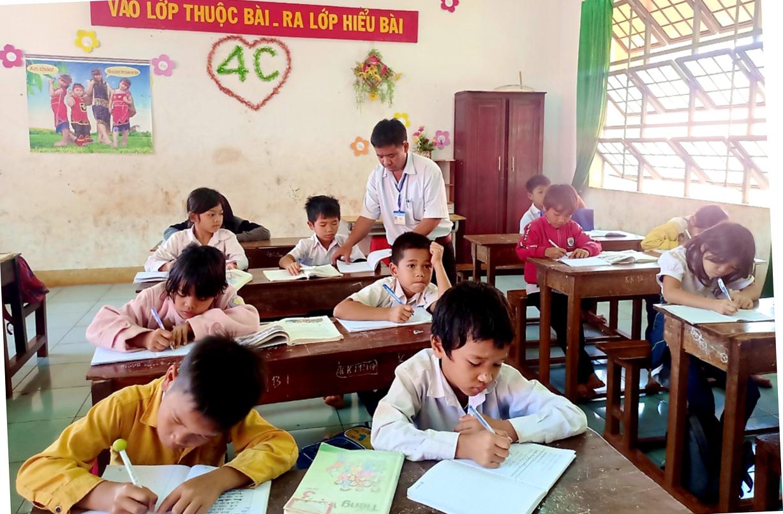 Là giáo viên, ông Chel hi vọng có cái chữ sẽ giúp dân làng thoát nghèo