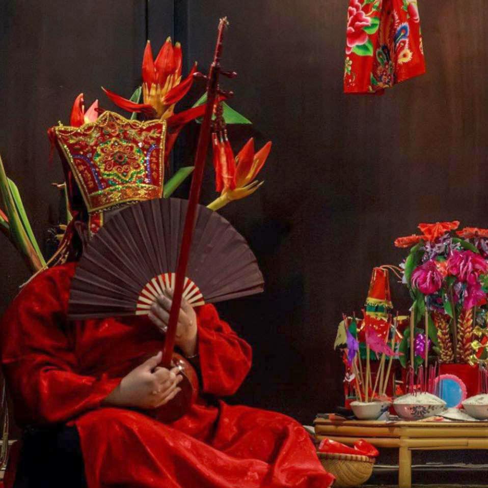 Thầy Then Nguyễn Văn Thọ đang làm lễ.