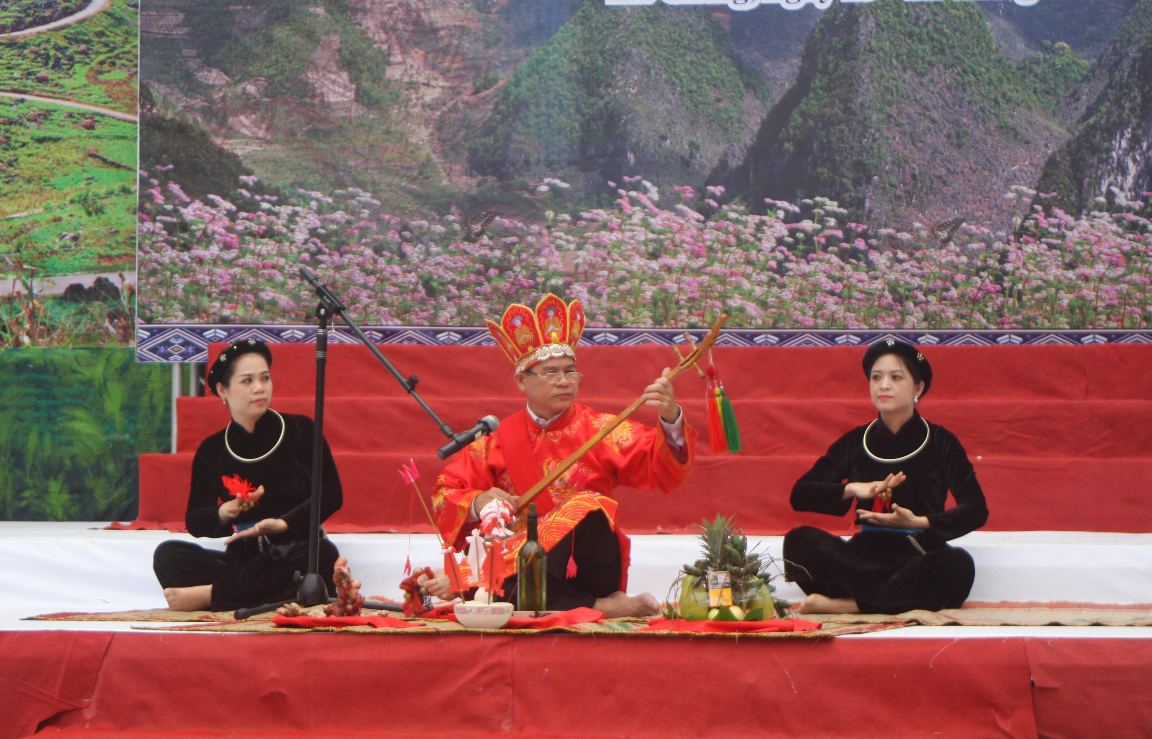 Một tiết mục hát Then nghi lễ tại Liên hoan nghệ thuật hát Then - đàn Tính các dân tộc Tày- Nùng- Thái toàn quốc lần thứ VI. Ảnh Ngọc Ánh