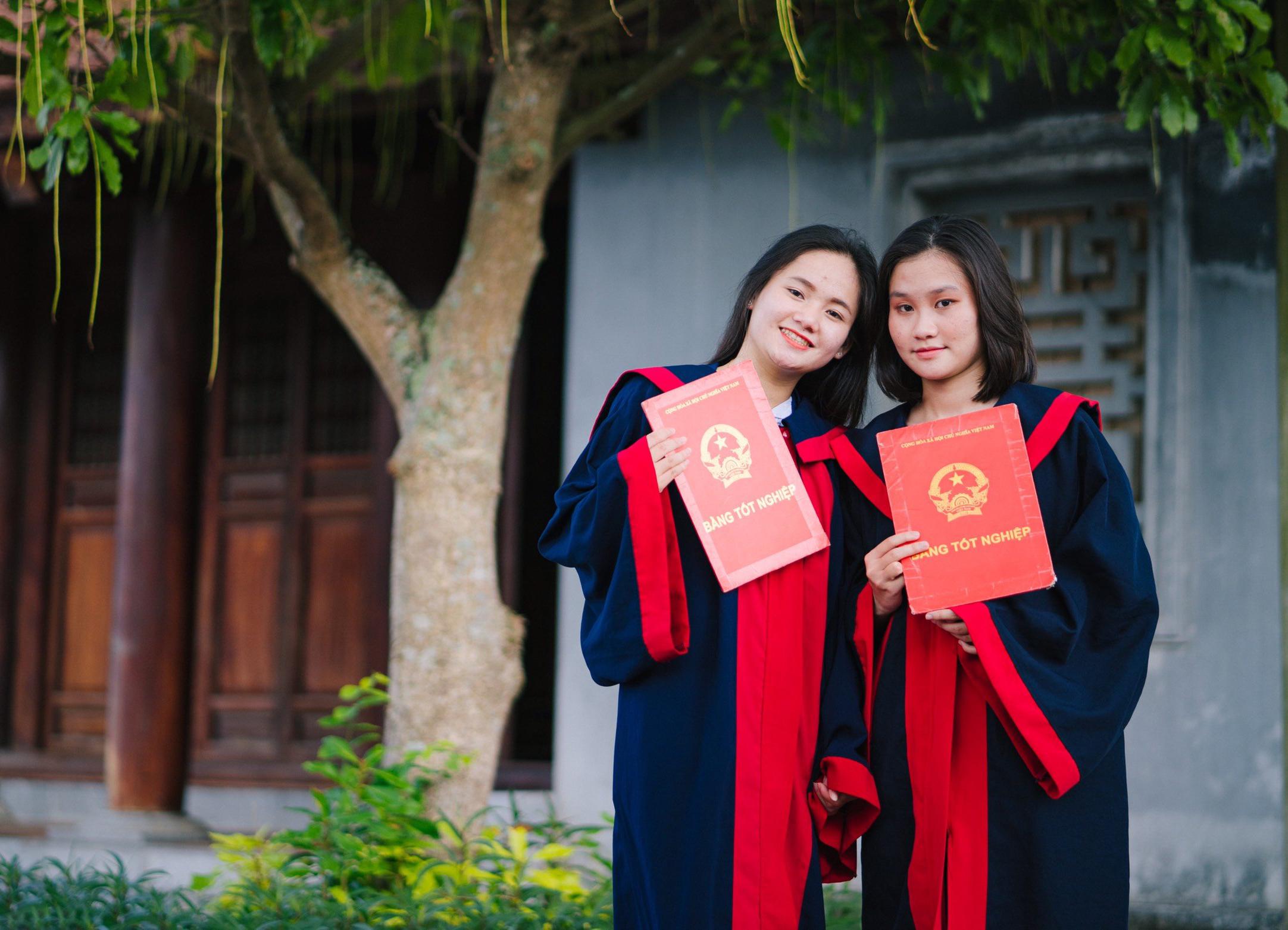 Lâm Thị Thủy (bên trái) cùng với người bạn của mình