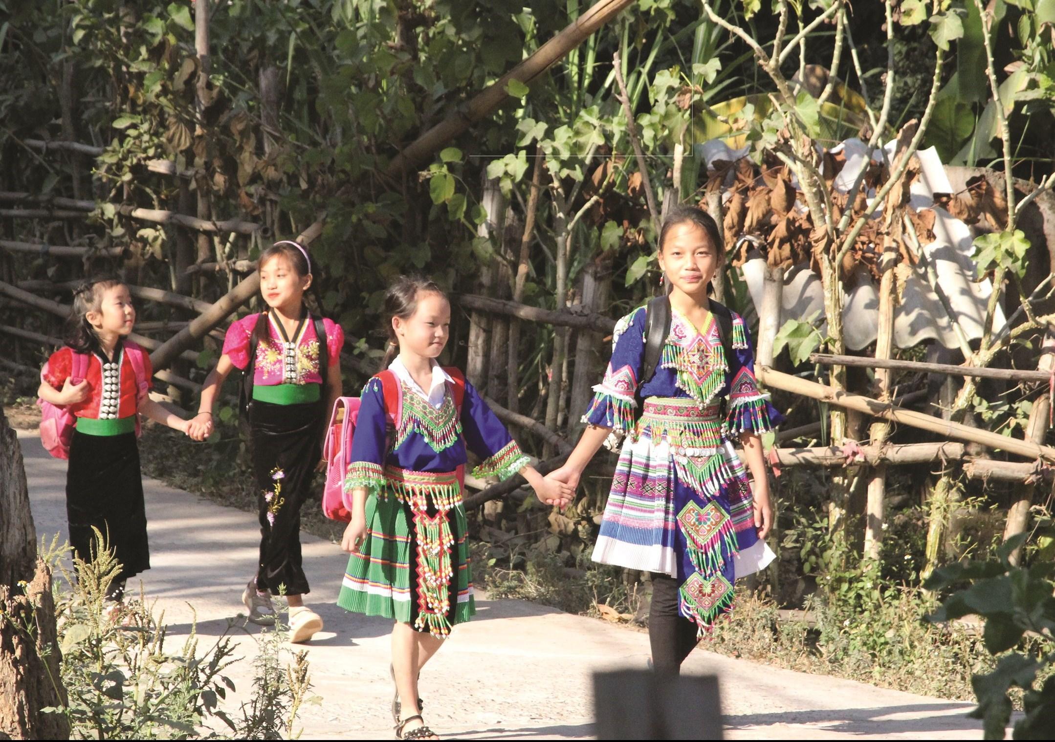 Chính sách về giáo dục-đào tạo là một chính sách quan trọng để nâng cao dân trí và đời sống vật chất, tinh thần cho đồng bào các dân tộc thiểu số tại Việt Nam. - Ảnh: Báo Biên phòng
