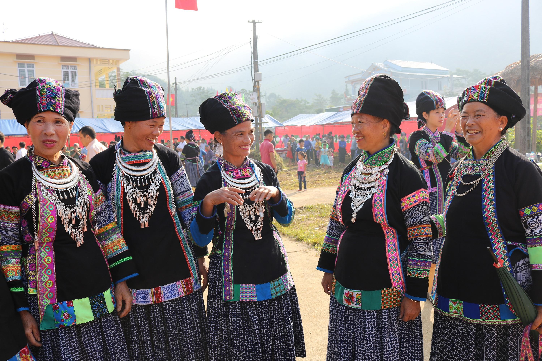 Phụ nữ dân tộc Bố Y ở xã Quyết Tiến (Quản Bạ) diện trang sức bạc trong Tết lúa mới