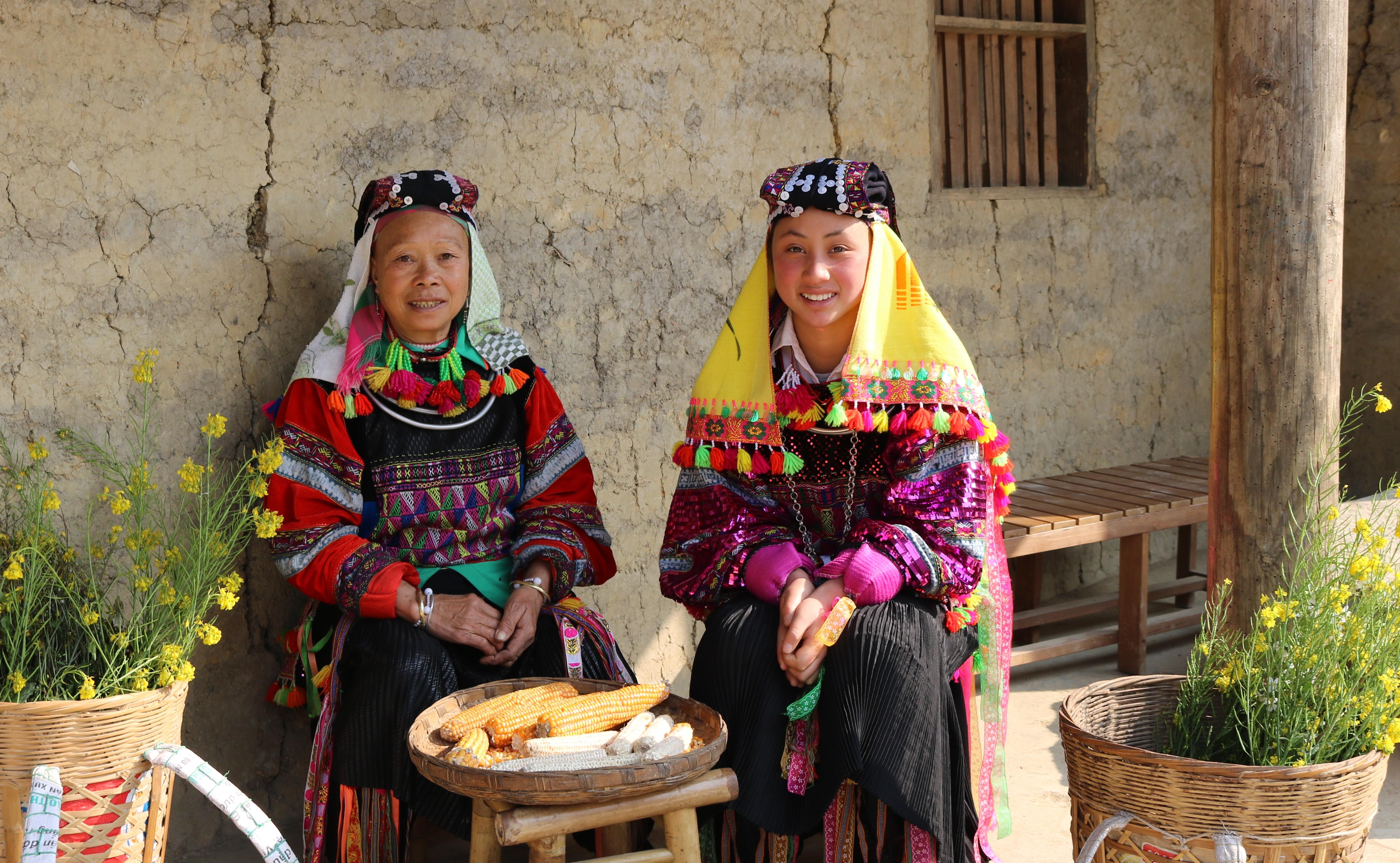Phụ nữ dân tộc Lô Lô ở xã Lũng Cú, huyện Đồng Văn diện trang sức bạc cùng với bộ trang phục truyền thống