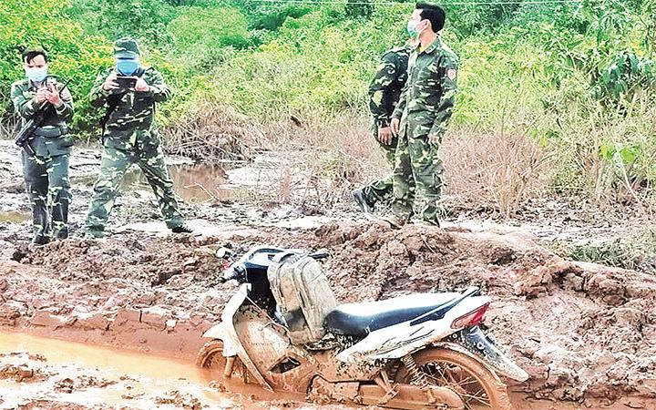 Xe máy và ba-lô chứa 8kg ma túy đá đối tượng Khăm-xinh để lại hiện trường vụ án do Bộ đội Biên phòng tỉnh Quảng Trị phối hợp lực lượng chức năng tỉnh Sa-vẳn-na-khệt (Lào) triệt phá.