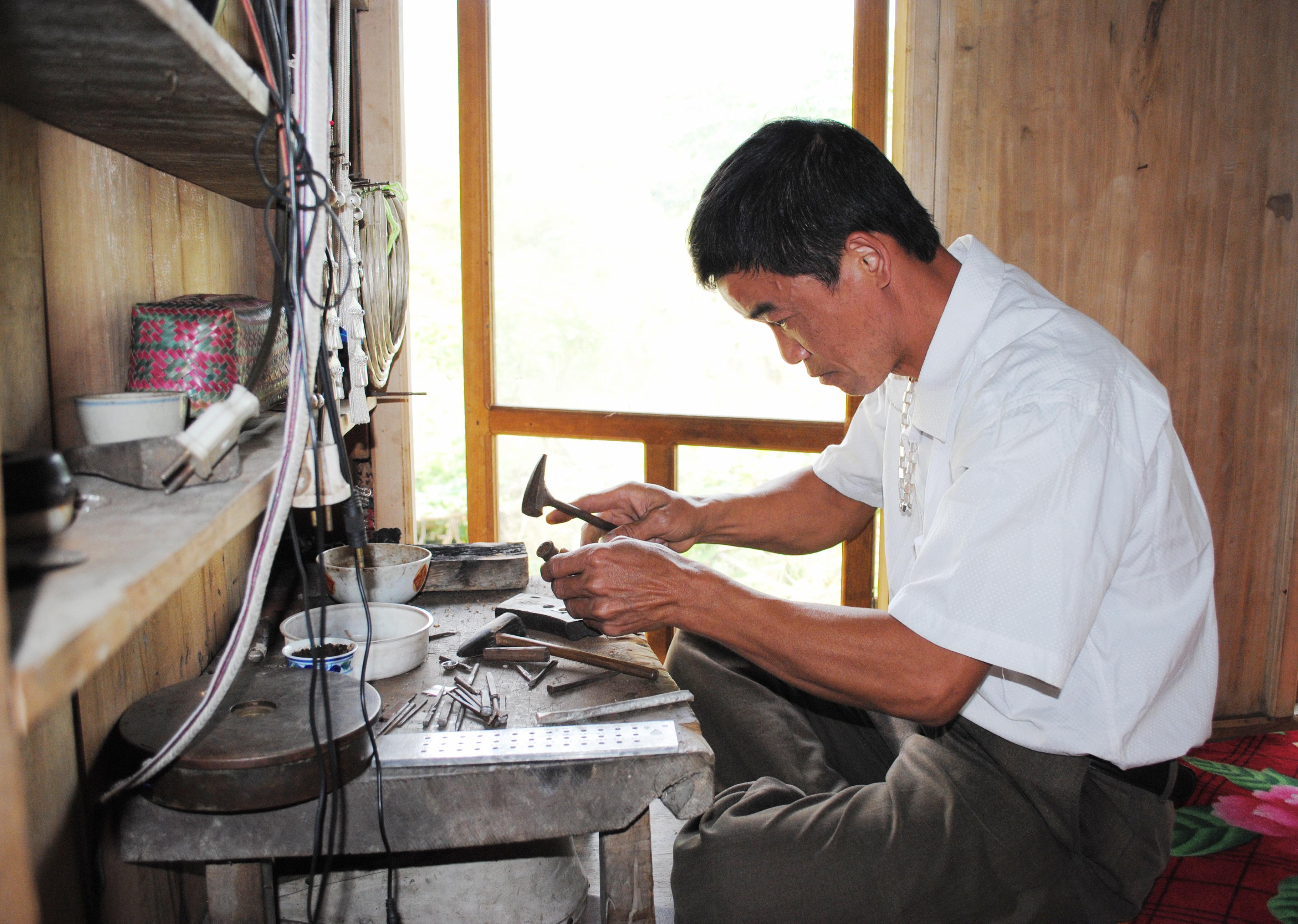 Xưởng chạm bạc của anh Đặng Văn Việt, ở thôn Thác Hùng, xã Cao Bồ (Vị Xuyên)