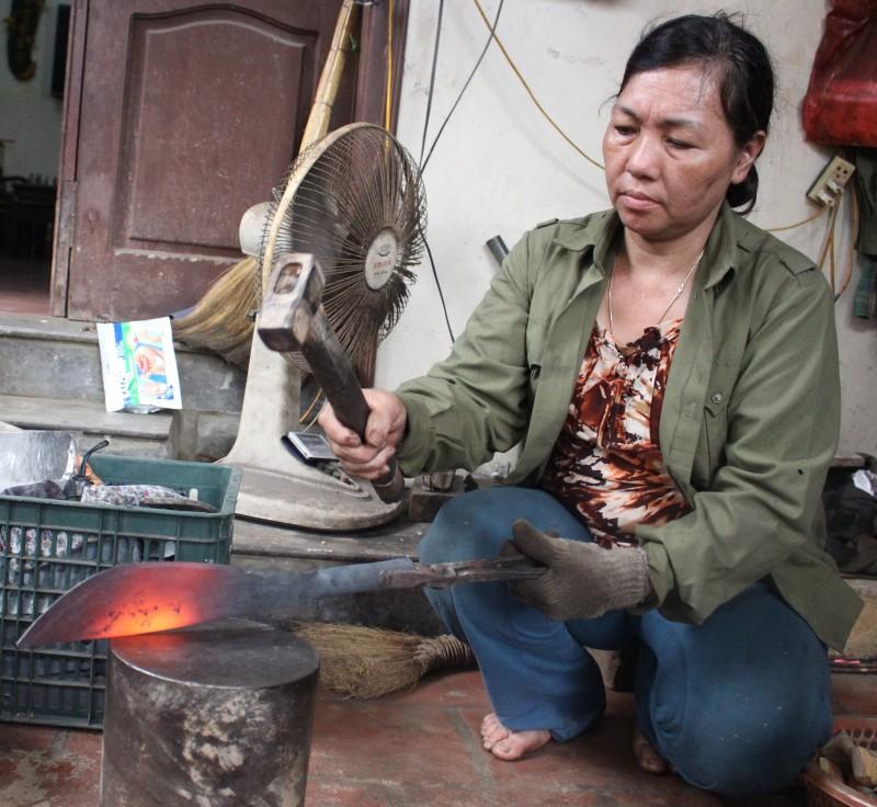 Nghệ nhân Đỗ Thị Tuyến đang thực hiện công đoạn rèn trong lửa.