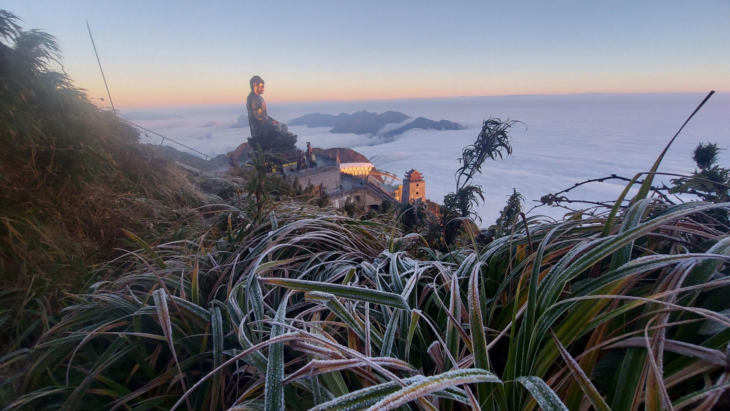 Sương muối, băng giá phú kín trên đỉnh Fan-si - pan