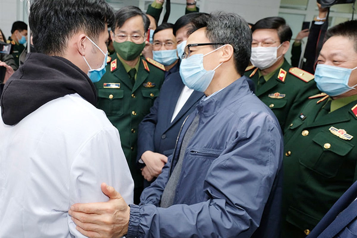 Phó Thủ tướng Vũ Đức Đam thăm các ca tiêm thử nghiệm vaccine Nano Covax ngừa COVID-19 đầu tiên của Việt Nam. Ảnh: Trần minh