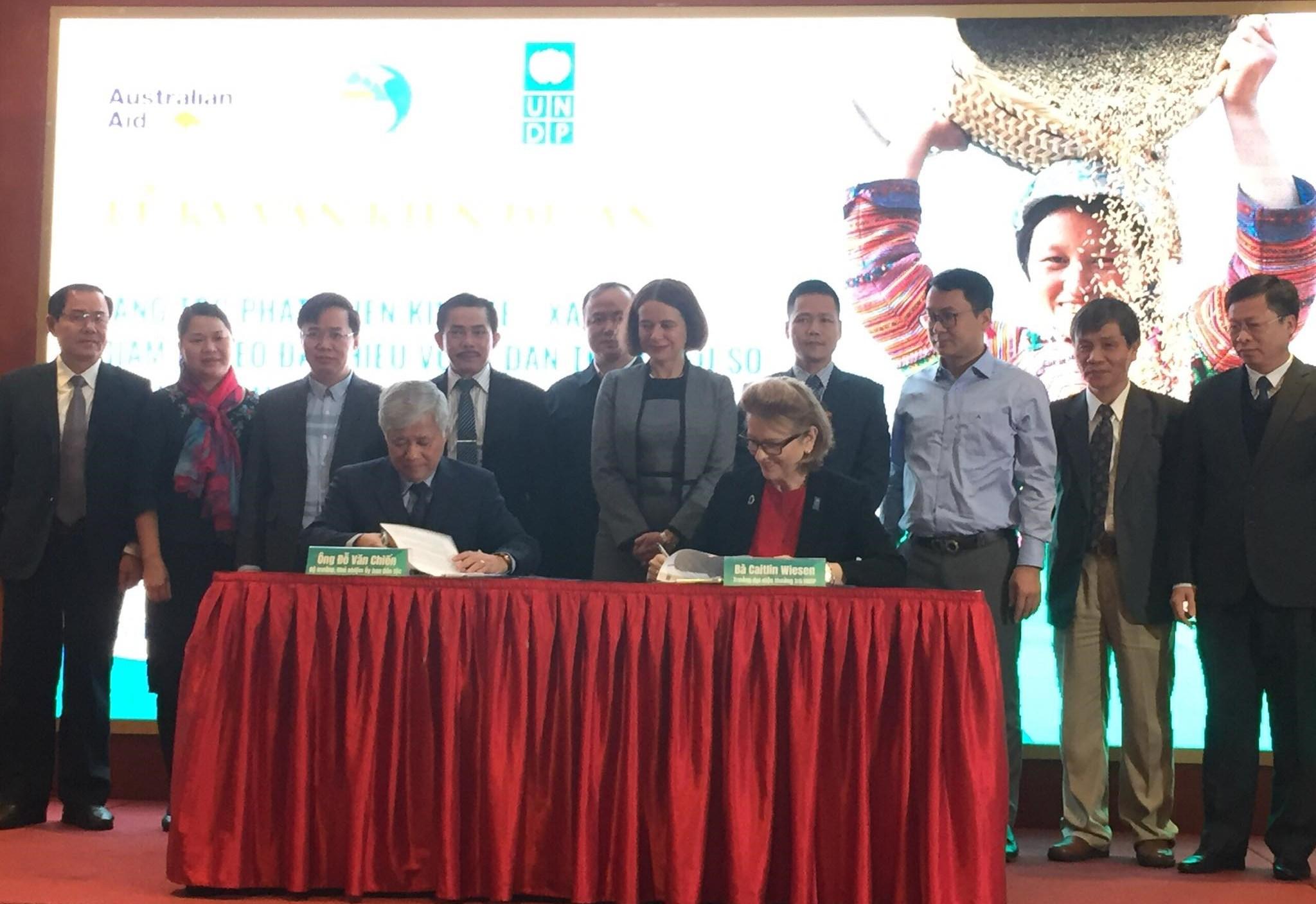 Ông Đỗ Văn Chiến, Bộ trưởng, Chủ nhiệm UBDT và bà Caitlin Wiesen, Giám đốc quốc gia UNDP tại Việt Nam ký kết Văn kiện Dự án