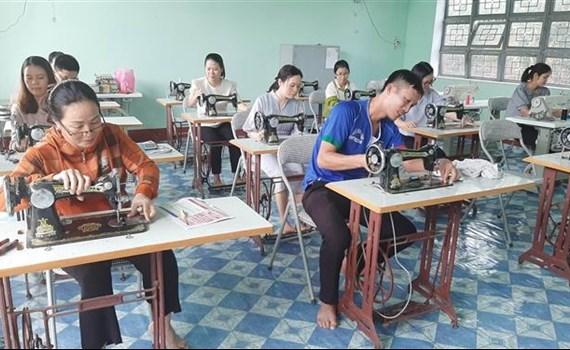 Lớp học may tại Trung tâm Giáo dục Nghề nghiệp - Giáo dục Thường xuyên huyện Kbang