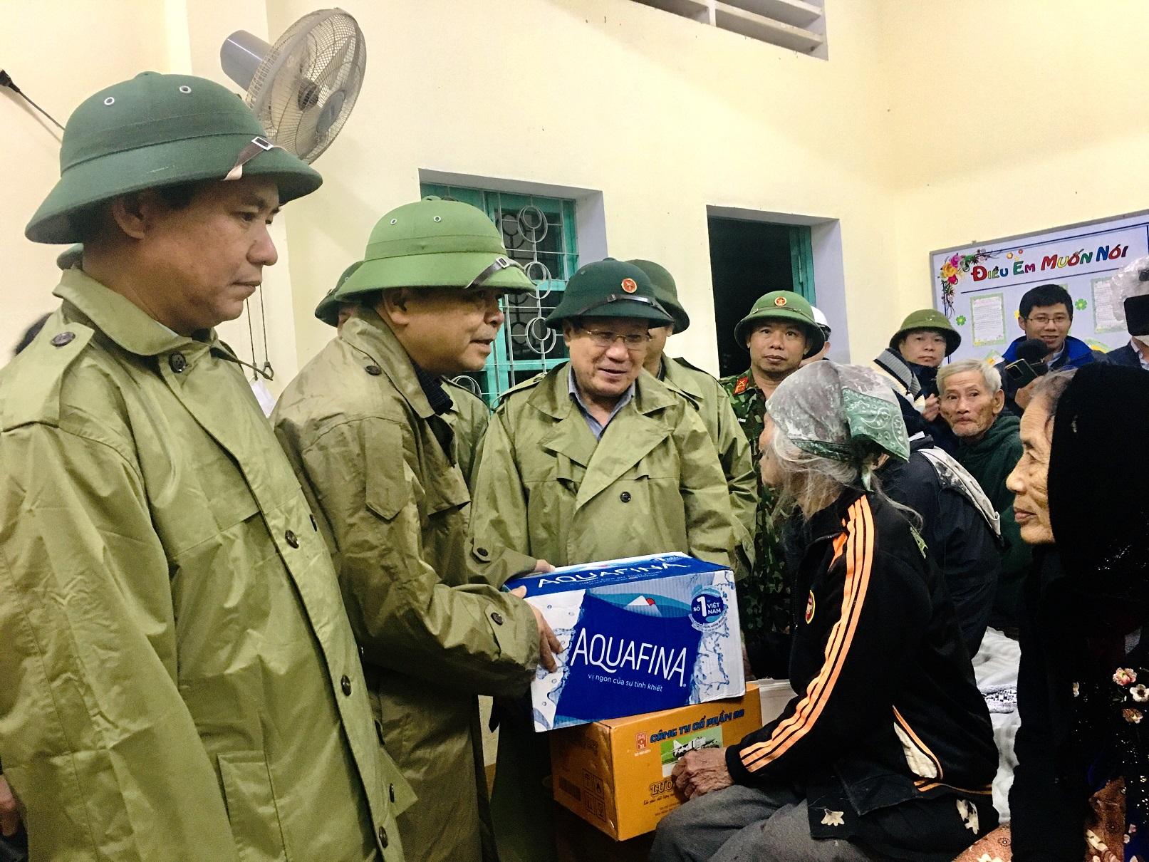 Thứ trưởng Nguyễn Hoàng Hiệp thăm động viên người dân tránh trú bão ở xã Cam Hiếu, huyện Cam Lộ (Quảng Trị) trước khi cơn bão số 13 đổ bộ tối ngày 14/11/2020