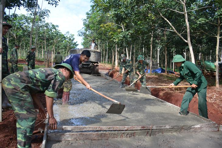 BĐBP Bình Phước tích cực tham gia làm đường giao thông nông thôn cho các xã nghèo biên giới huyện Lộc Ninh. Ảnh: Đăng Bảy