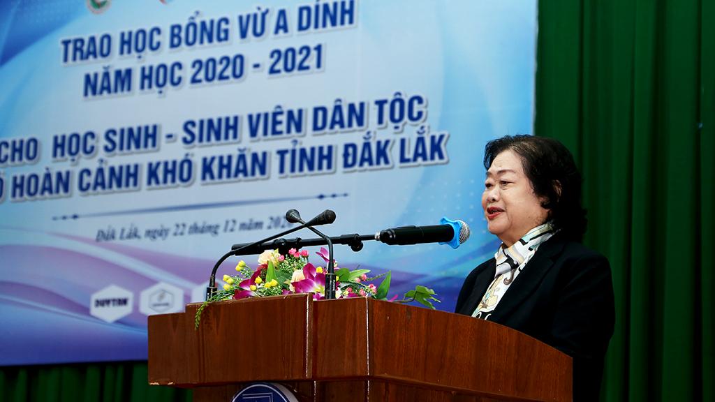 Nguyên Phó Chủ tịch Nước Cộng hòa Xã hội Chủ nghĩa Việt Nam kiêm Chủ tịch Quỹ học bổng Vừ A Dính Trương Mỹ Hoa phát biểu tại buổi lễ.
